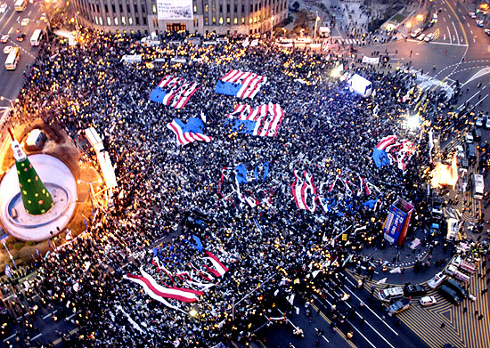 koreans_ripping_apart_american_flags_2002_protests
